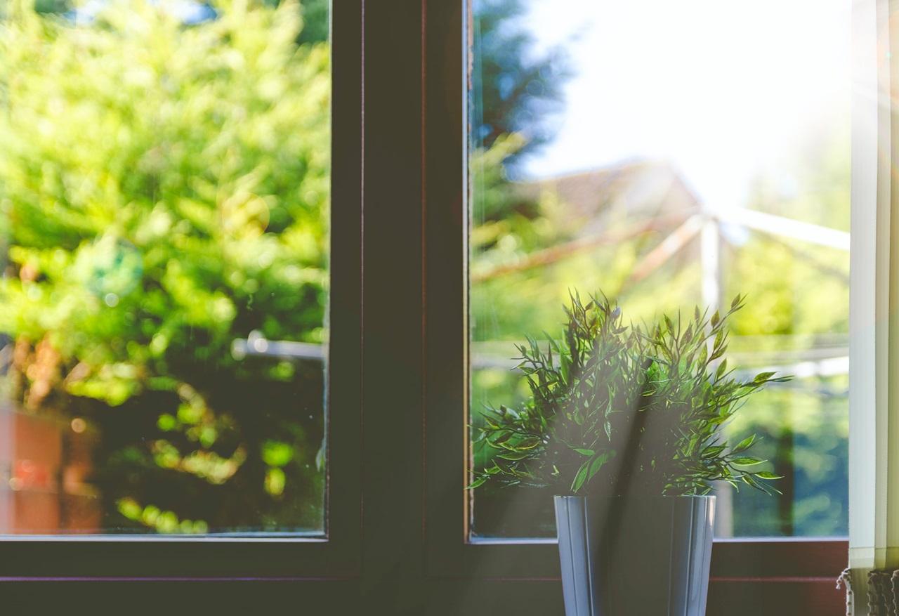 sprawdzić szczelność uszczelek w oknach